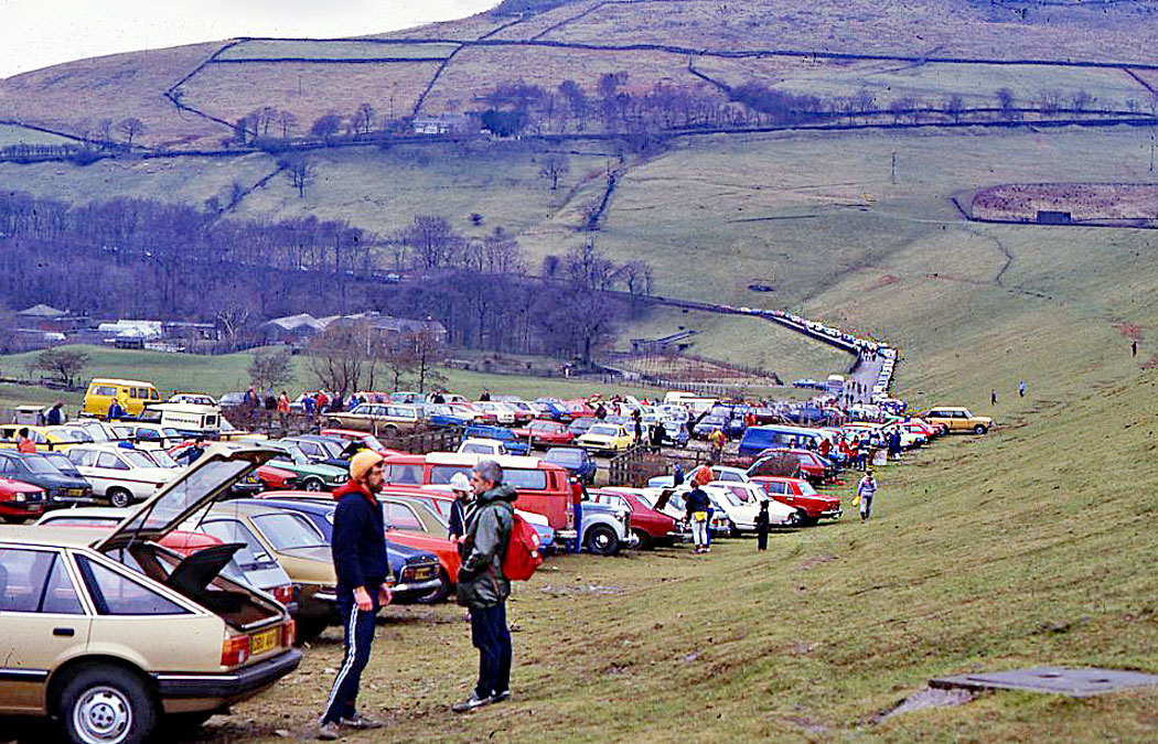 traffic-arrives-for-chew-valley-fell-race